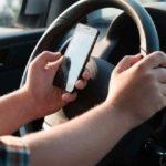 La DGT estudia aumentar hasta 6 puntos la sanción por 'chatear' con el móvil al volante